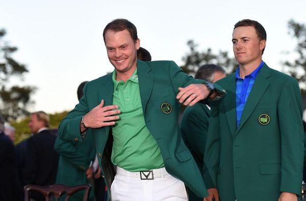 Jordan Spieth, right, presents the Green Jacket