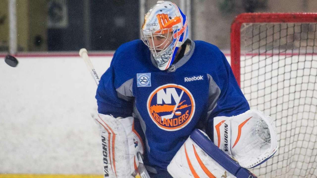 New York Islanders goalie Thomas Greiss (1) makes