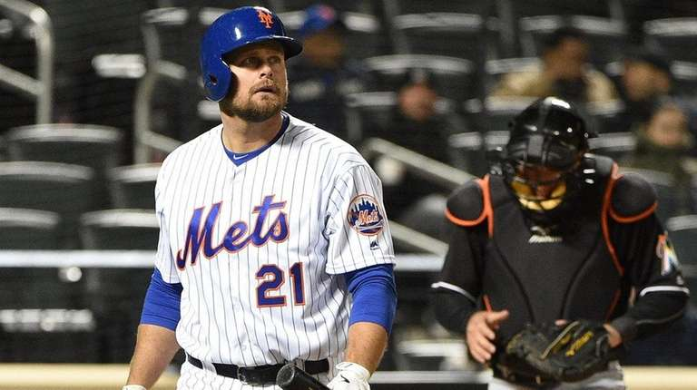 New York Mets first baseman Lucas Duda walks