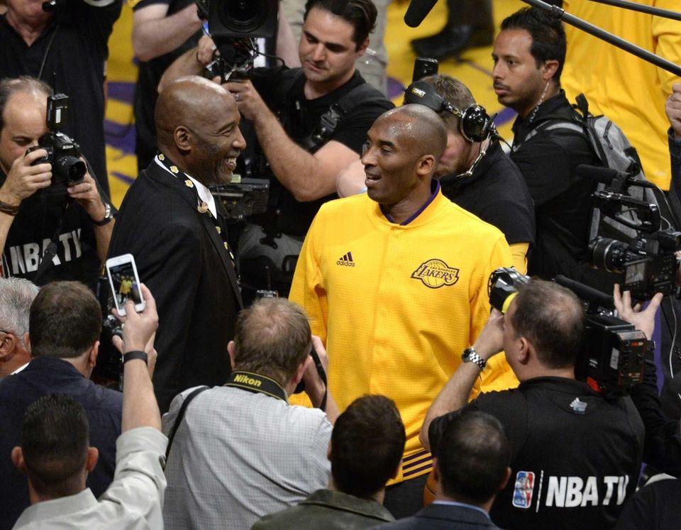 epa05257907 Los Angeles Lakers Kobe Bryant (R) talks