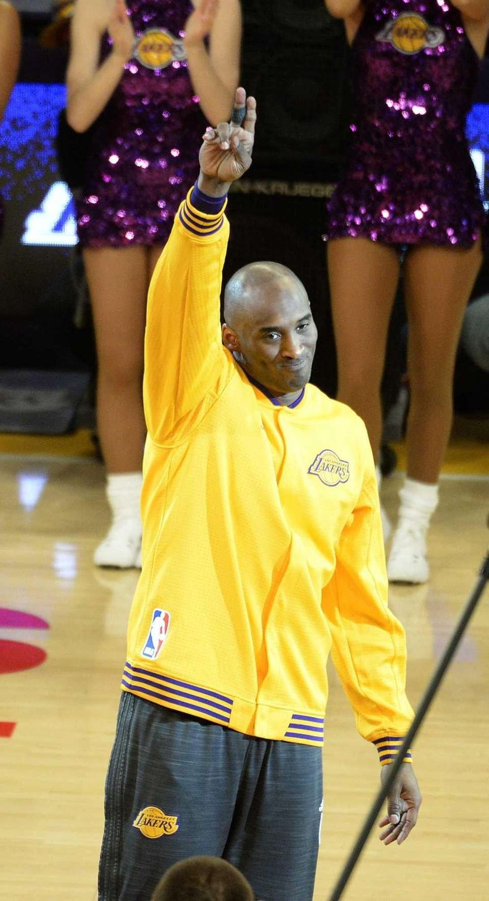 epa05257930 Los Angeles Lakers Kobe Bryant waves to