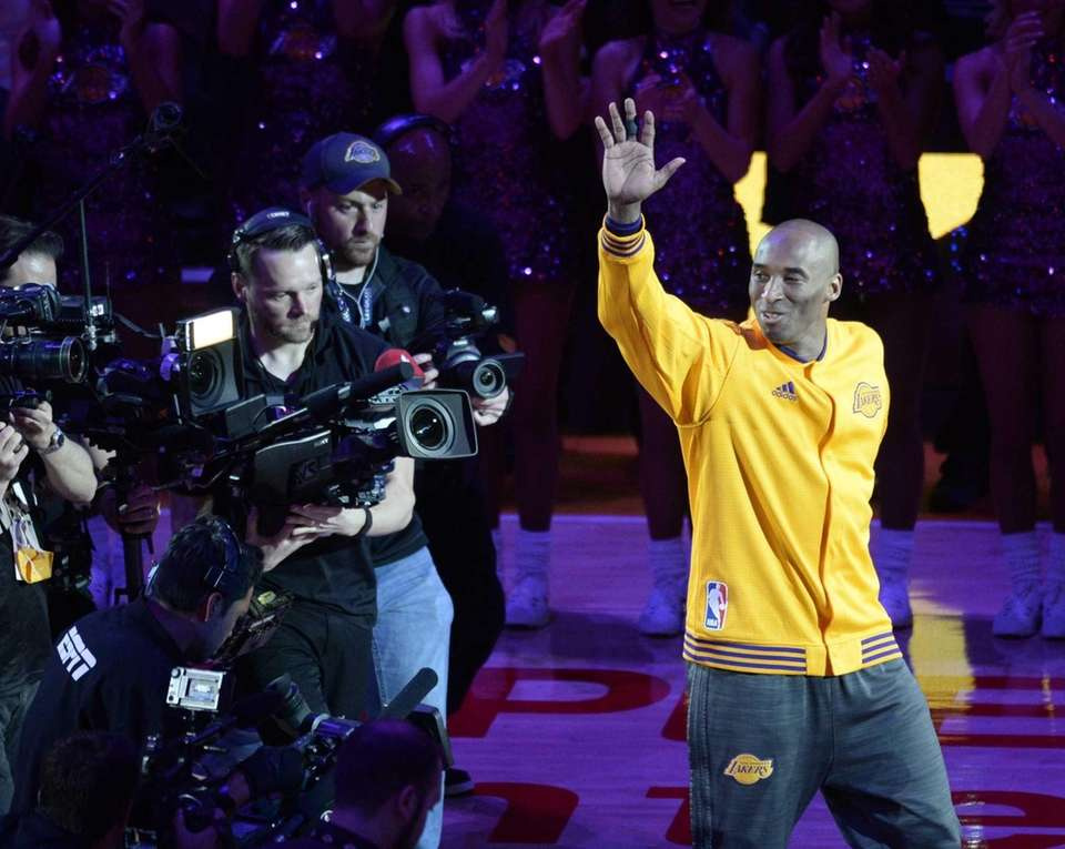 epa05257931 Los Angeles Lakers Kobe Bryant waves to