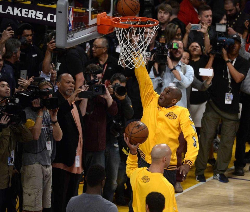 epa05257932 Los Angeles Lakers Kobe Bryant warms up
