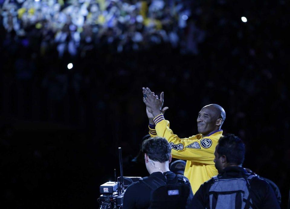 Los Angeles Lakers forward Kobe Bryant applaus during
