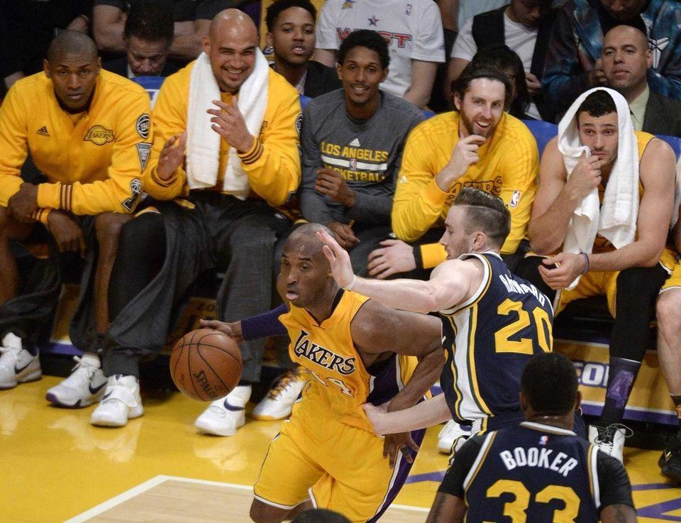 epa05257979 Teammates watch as Los Angeles Lakers player