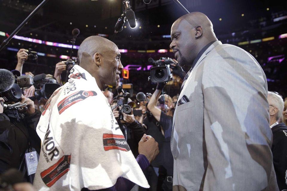 Los Angeles Lakers' Kobe Bryant, left, talks to