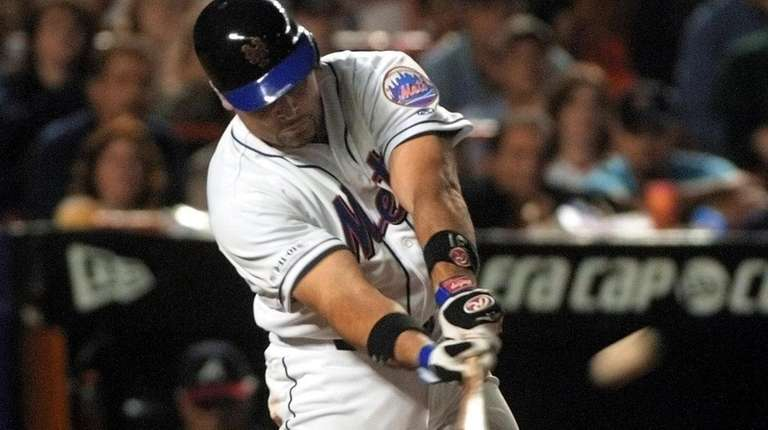 Mike Piazza hits a home run in the