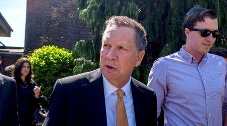 Republican presidential candidate Ohio Gov. John Kasich meets