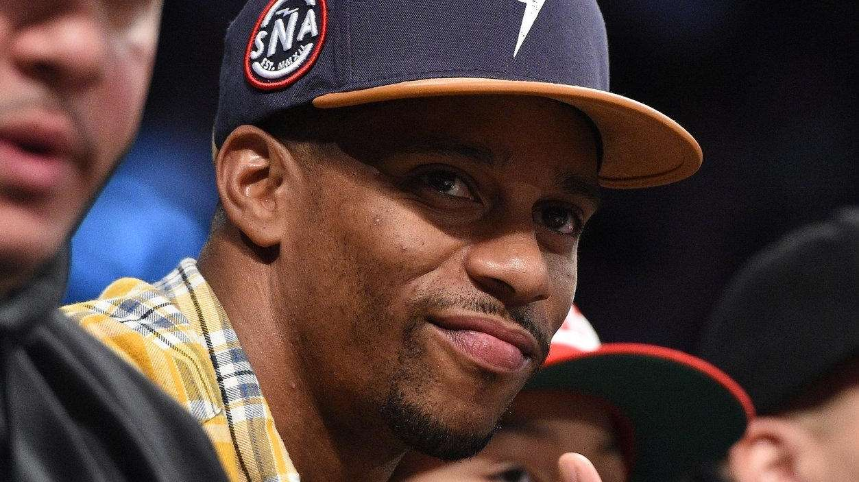 New York Giants' Victor Cruz watches a game