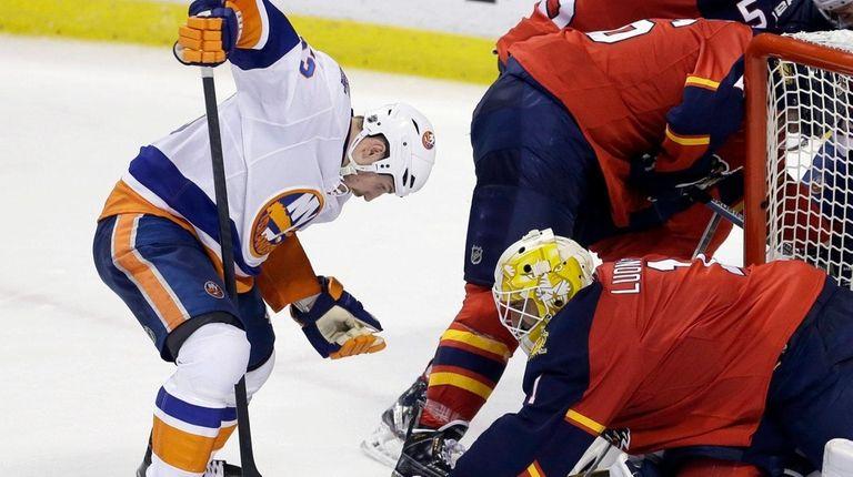 Florida Panthers goalie Roberto Luongo defends against Islanders