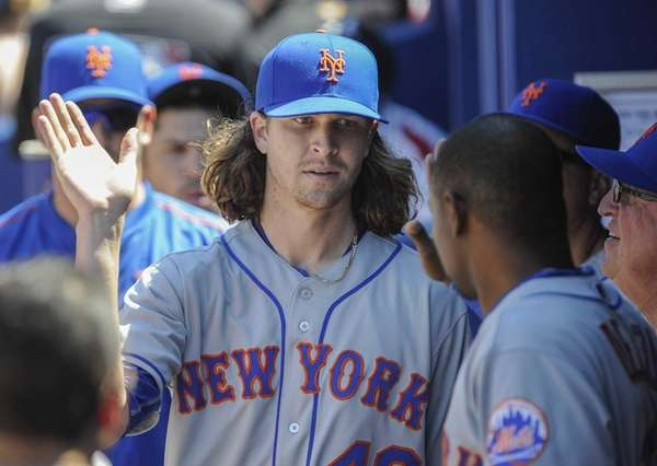 New York Mets starting pitcher Jacob deGrom, center,