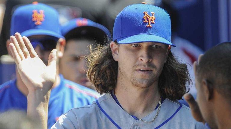 New York Mets starting pitcher Jacob deGrom, center,