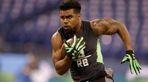 Ohio State running back Ezekiel Elliott runs a