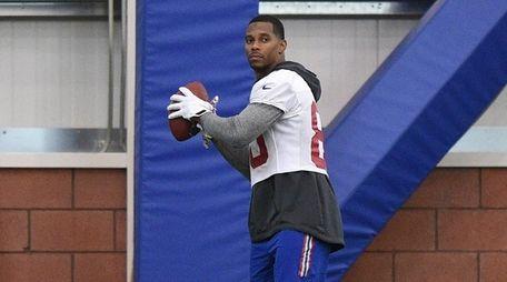 New York Giants wide receiver Victor Cruz looks