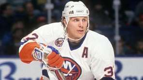 Steve Thomas #32 of the New York Islanders