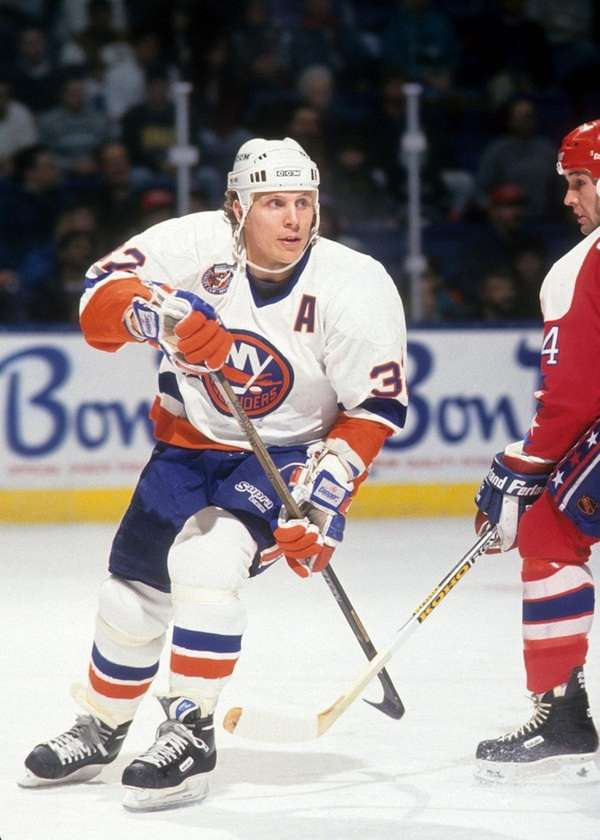 Steve Thomas of the New York Islanders skates