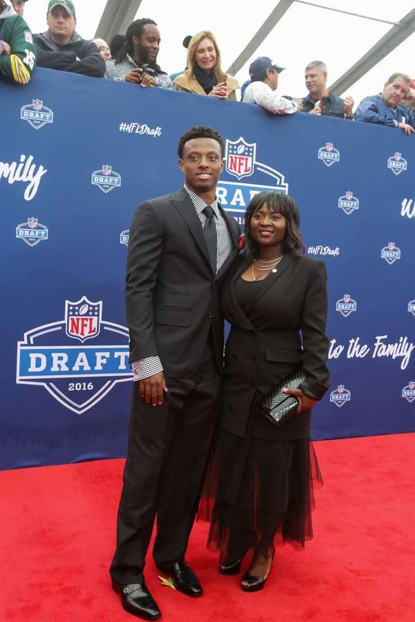 Eli Apple of Ohio State and his mother