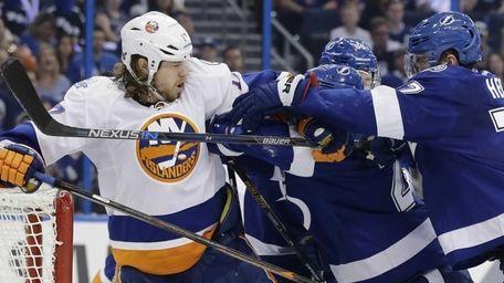 New York Islanders left wing Matt Martin (17)