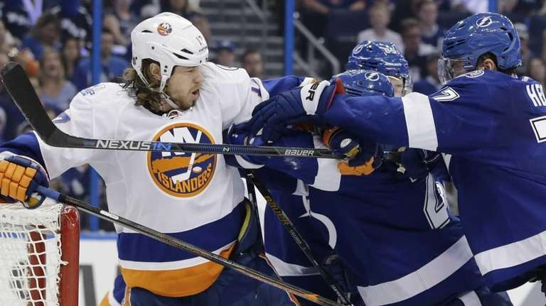 New York Islanders left wing Matt Martin (17)