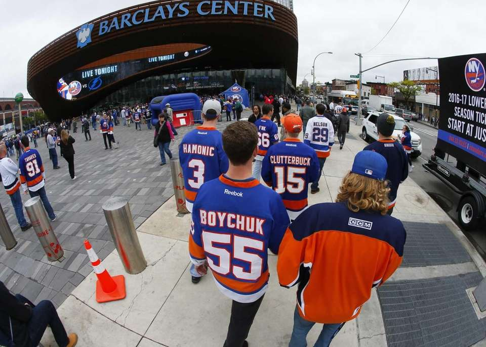 Fans begin to arrive at Barclays Center before