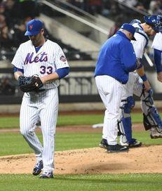 New York Mets starting pitcher Matt Harvey walks