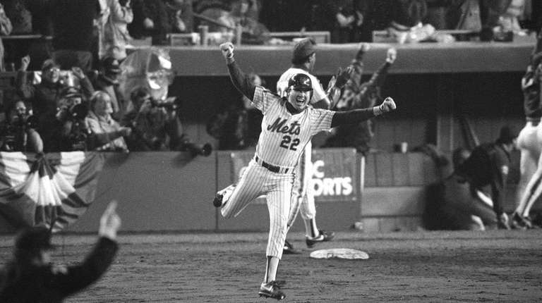 New York Mets' Ray Knight raises his arms