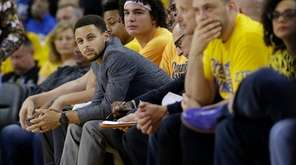 Golden State Warriors guard Stephen Curry, center