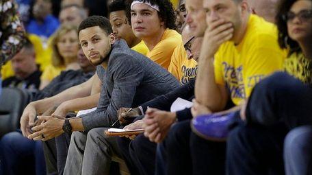 Golden State Warriors guard Stephen Curry, center