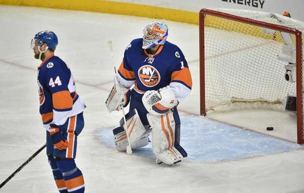 New York Islanders goalie Thomas Greiss (1) cannot
