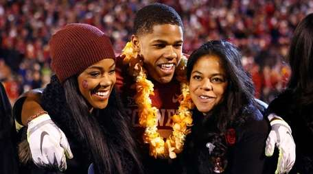 Oklahoma wide receiver Sterling Shepard (3) stands with