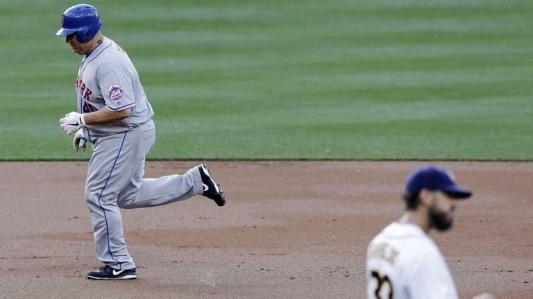 New York Mets' Bartolo Colon, left, rounds the
