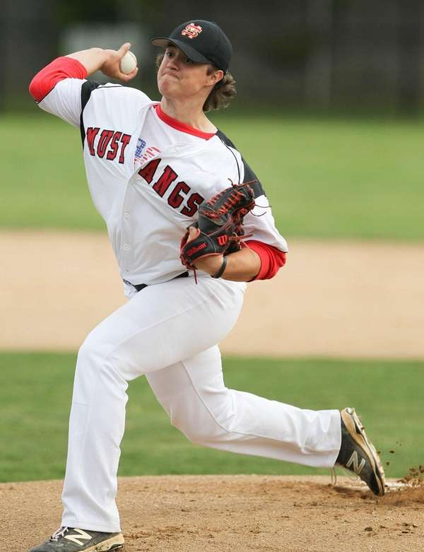 Mt. Sinai's Samuel Kessler (22) throws a pitch