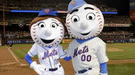 Mrs. Met and Mr. Met cheer for kids