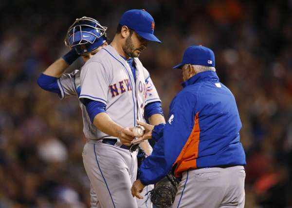 New York Mets starting pitcher Matt Harvey, center,