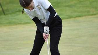 Commack's Ava Zimmerman putts during the Suffolk girls