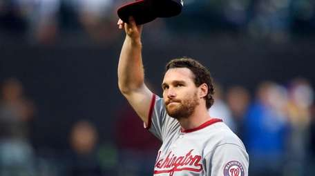 Daniel Murphy #20 of the Washington Nationals acknowledges