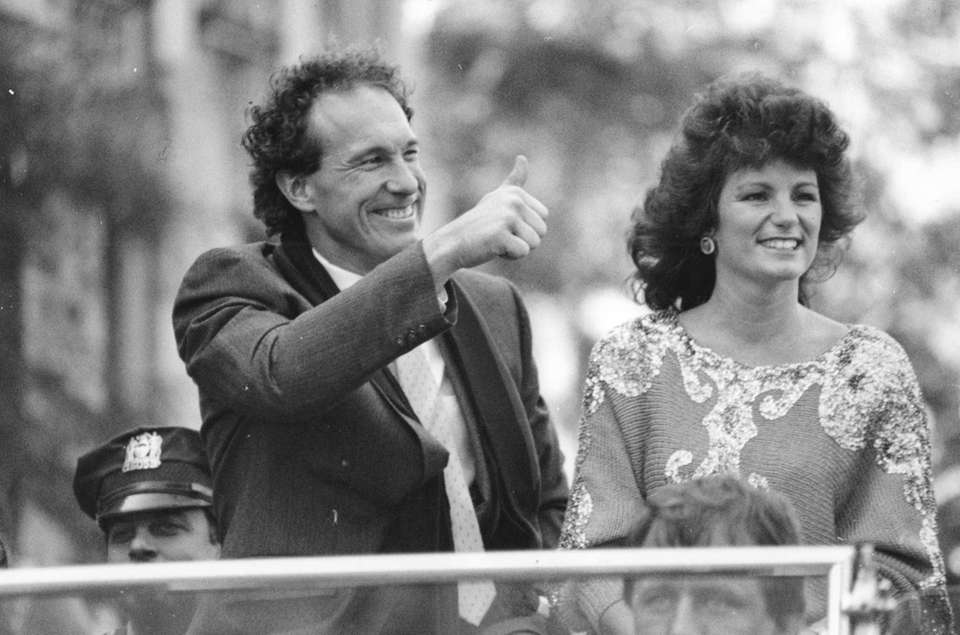 Gary Carter and his wife Sandy wave to
