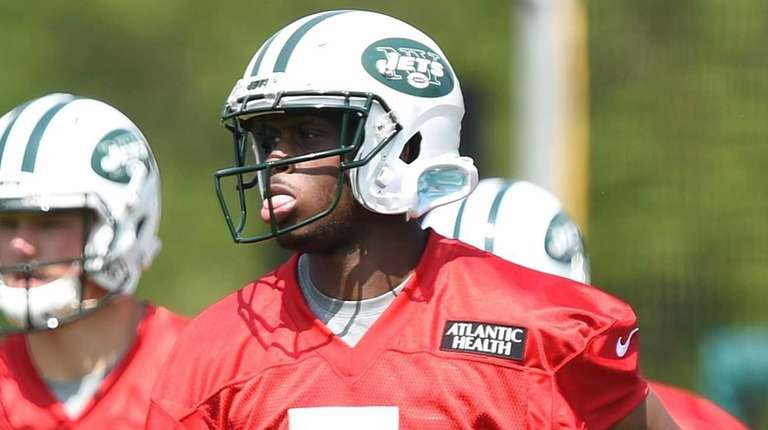 New York Jets quarterback Geno Smith heads to