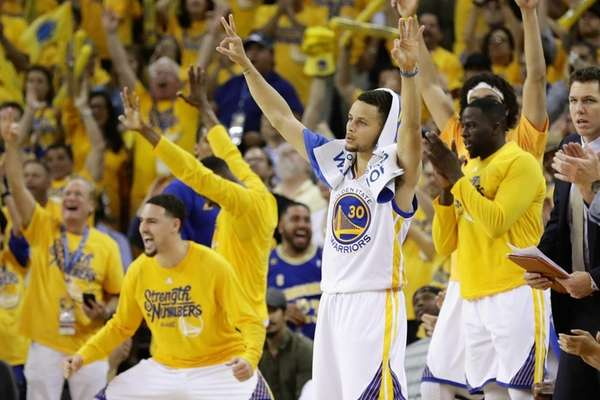 Stephen Curry and the bench of the Golden