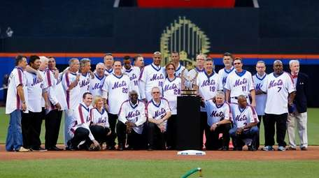 The 1986 New York Mets pose for a