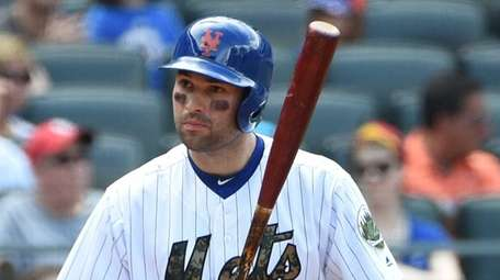 New York Mets second baseman Neil Walker draws