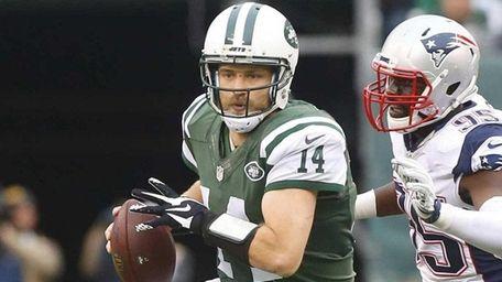 New York Jets quarterback Ryan Fitzpatrick is chased
