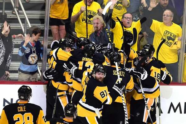 The Pittsburgh Penguins celebrate after Conor Sheary #43
