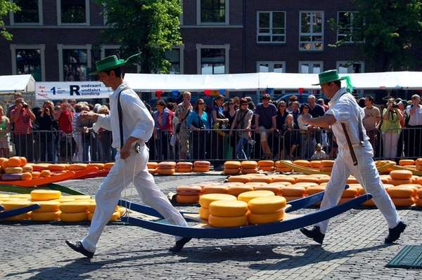 At the Friday market in Alkmaar, carriers use