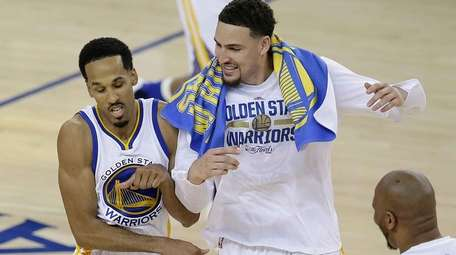Golden State Warriors guard Shaun Livingston, left, and