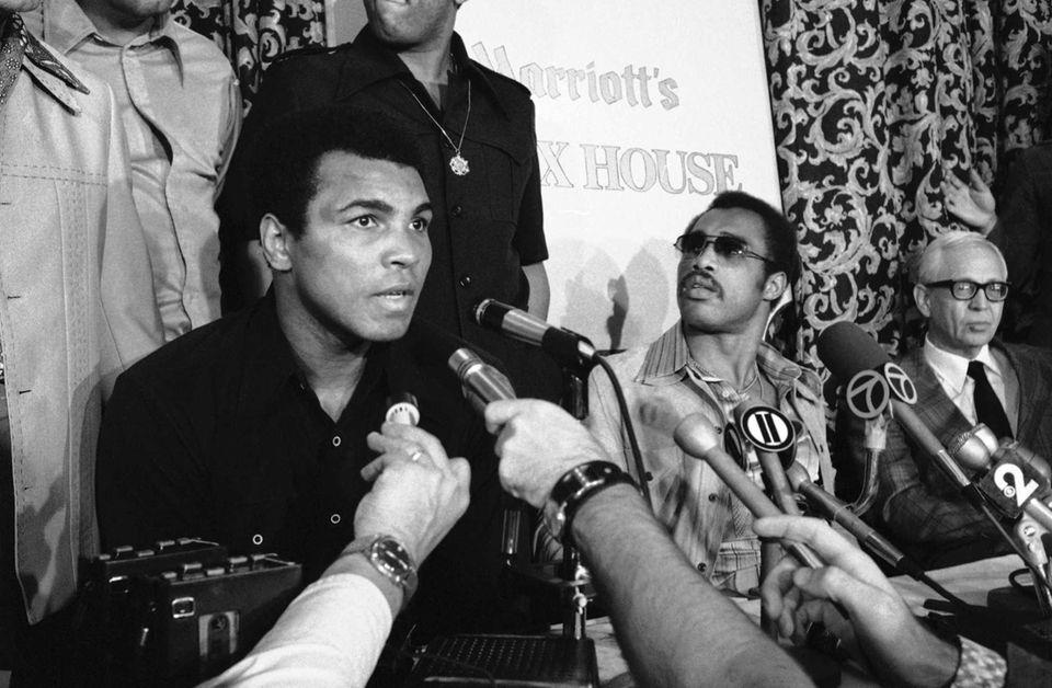 As world heavyweight champ Muhammad Ali, left, talks