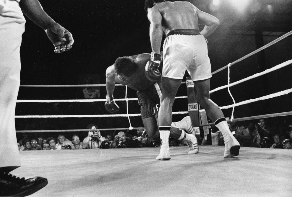 Challenger Muhammad Ali watches as defending world champion