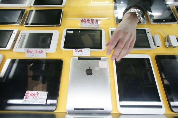 Some iPad-like devices are displayed at a shop
