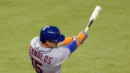 New York Mets' Matt Reynolds (15) follows through