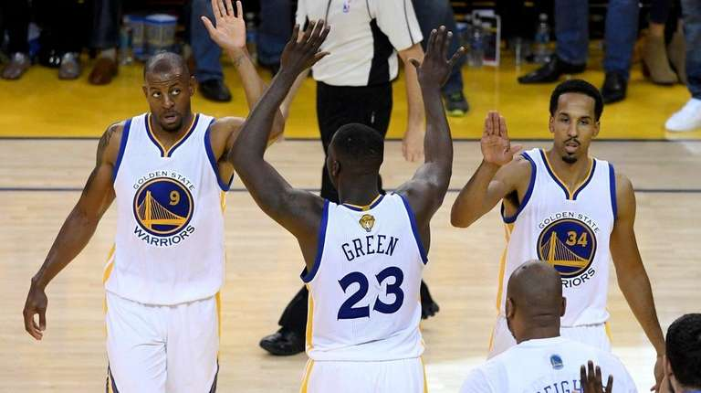 Andre Iguodala, left, Draymond Green (23) and Shaun
